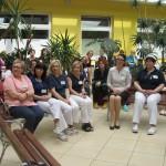 Pielęgniarki w czepkach pielęgniarskich wsłuchują się w życzenia i podziękowania