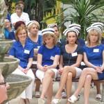 Uśmiechnięte pielęgniarki  wsłuchują się w życzenia i podziękowania