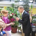 Pan Dyrektor wręcza kwiaty dla pielęgniarek